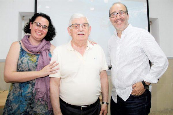 Aconseguix l'ESO als 74 anys i la comunitat educativa li ret un merescut homenatge.