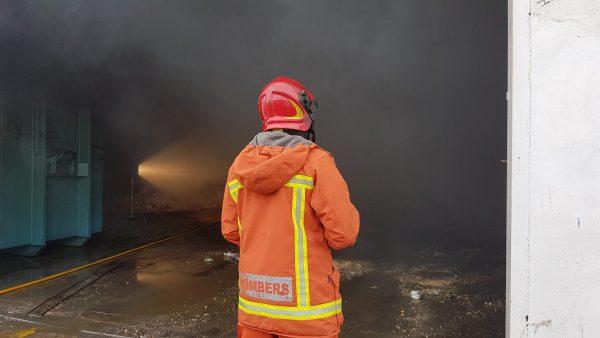 Extingit l'incendi en una antiga fàbrica de Grefusa
